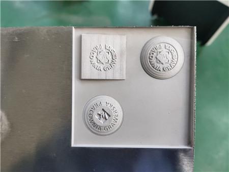 3D গভীর খোদাই 1mm 50W ফাইবার লেজার অ্যালুমিনিয়াম উপর উপলক্ষে মেশিন